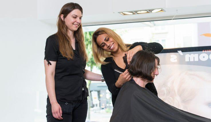 Auszubildende beim Haareschneiden